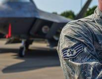 Soldato dell'aeronautica di Stati Uniti con gli aerei fotografia stock