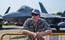 Soldato dell'aeronautica di Stati Uniti con gli aerei fotografie stock