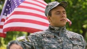 Soldato dell'esercito americano che saluta alla parata militare, il 4 luglio celebrazione di festa dell'indipendenza video d archivio