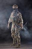 Soldato dell'esercito americano con gli occhiali di protezione nel fumo Fotografie Stock Libere da Diritti