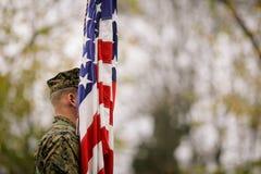 Soldato dell'esercito americano con la bandiera degli Stati Uniti immagini stock