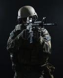 Soldato dell'esercito americano nella pioggia immagini stock