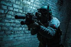 Soldato dell'esercito che tende le armi Immagine Stock Libera da Diritti