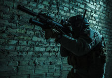 Soldato dell'esercito che tende le armi Fotografia Stock Libera da Diritti