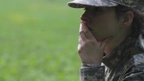 Soldato della donna nel pensiero stock footage