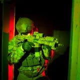 Soldato delle forze speciali durante la missione di notte Fotografia Stock