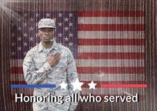 soldato di giornata dei veterani davanti alla bandiera Fotografia Stock Libera da Diritti