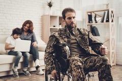 Soldato disabile In Wheelchair Soffra da dolore immagine stock