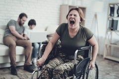 Soldato disabile In Wheelchair Soffra da dolore immagini stock libere da diritti