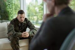 Soldato durante il consiglio della sessione fotografia stock libera da diritti
