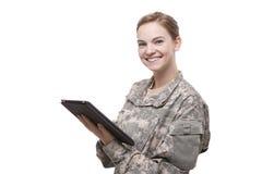 Soldato femminile attraente con la compressa digitale immagine stock libera da diritti
