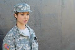 Soldato femminile dell'esercito americano con lo spazio della copia fotografia stock libera da diritti