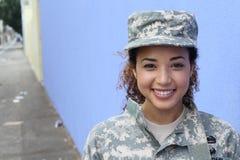 Soldato femminile dell'esercito etnico in buona salute felice fotografia stock