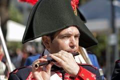 Soldato francese che gioca l'ottavino durante la rappresentazione della battaglia di Bailen fotografia stock libera da diritti