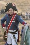 Soldato francese che riposa sulla ruota di un canone durante la rappresentazione della battaglia di Bailen fotografie stock