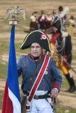 Soldato francese con la bandiera francese durante la rappresentazione della battaglia di Bailen immagine stock libera da diritti