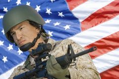 Soldato In Front Of American Flag fotografia stock libera da diritti