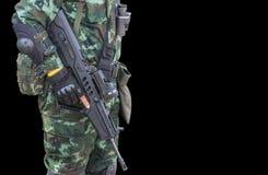 Soldato in fucile di assalto automatico della tenuta uniforme Immagini Stock