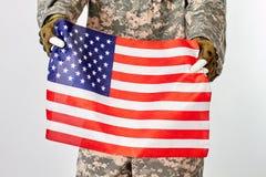 Soldato Holding American Flag immagine stock libera da diritti