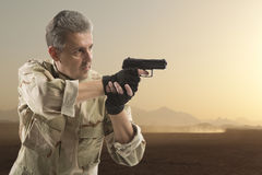 Soldato Holding Gun Fotografie Stock Libere da Diritti