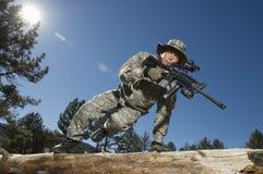 Soldato Jumping Over Log Immagini Stock Libere da Diritti