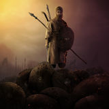 Soldato leggendario che sta sulle armature che tengono le sue armi Immagini Stock Libere da Diritti