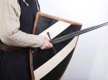 Soldato medioevale con la spada e lo schermo Fotografia Stock Libera da Diritti