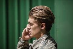 Soldato militare che parla sul telefono cellulare immagine stock