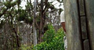 Soldato militare che scala una parete di legno al campo di addestramento 4k stock footage