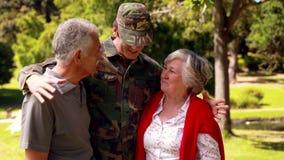 Soldato riunito con i suoi genitori video d archivio