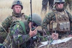 Soldato rumeno che richiede supporto aereo Fotografie Stock