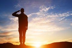 Soldato Salute Siluetta sul cielo di tramonto Esercito, militare Fotografia Stock