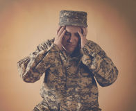 Soldato sollecitato Man Holding Head dell'esercito immagini stock
