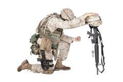 Soldato triste che si inginocchia a causa della morte dell'amico fotografia stock libera da diritti