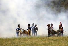 Soldatpåfyllningkanoner på Borodino slåss historisk reenactment i Ryssland royaltyfri bild