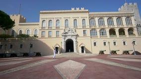 Soldatpatrull som ?r fr?mst av prinsens slott av Monaco arkivfilmer