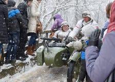 Soldatritt på en motorcykel Fotografering för Bildbyråer