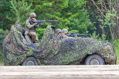 Soldats allemands sur le loup de benz de Mercedes images stock
