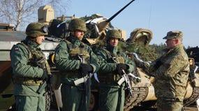 Soldats américains et polonais en Pologne image libre de droits