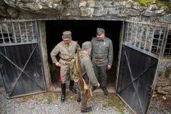 Soldats austro-hongrois de la Première Guerre Mondiale sur l'entarance de la soute, reconstitution Photographie stock libre de droits
