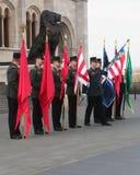Soldats avec des drapeaux préparant pour la cérémonie de jour national à l'extérieur du bâtiment du parlement Image libre de droits