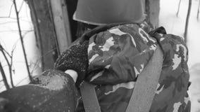 Soldats avec la caserne de tempête d'armes, monochrome clip Soldats militaires avec des armes banque de vidéos