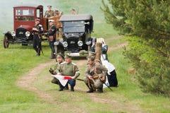 Soldats avec le drapeau de Croix-Rouge de médecine Photo libre de droits