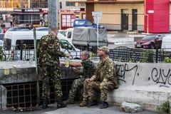 Soldats ayant une coupure Photos stock