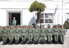 Soldats boliviens se tenant à l'attention images libres de droits
