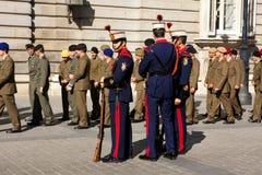 Soldats chez Palacio réel à Madrid. Image libre de droits