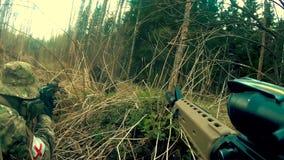 Soldats dans l'échange de tirs banque de vidéos