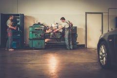 Soldats dans l'atelier de voiture Photographie stock libre de droits