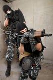 Soldats dans les masques noirs avec des armes images libres de droits