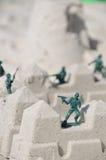 Soldats de jouet à la plage photographie stock